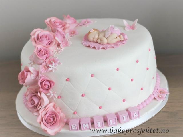 Dåpskake med roser og sommerfugler og med navneklosser og baby
