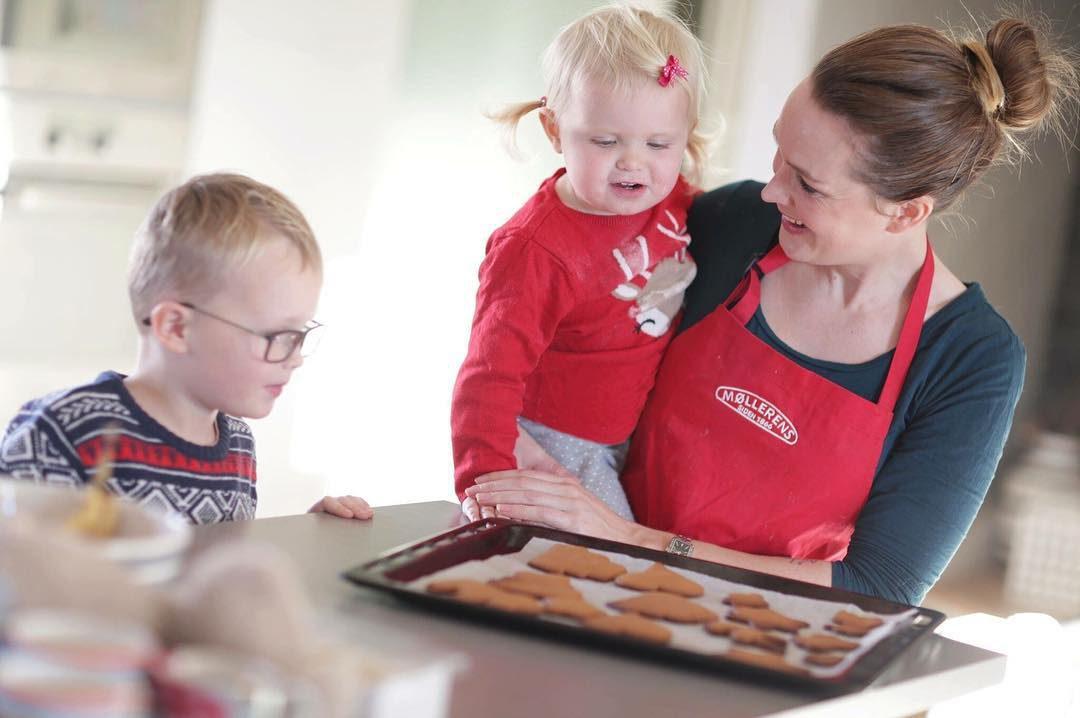 Fun making gingerbread cookies ...... Jeg og barna hadde det kjempegøy da vi hadde NTE på besøk for å ta bilder og intervjue oss mens vi bakte pepperkaker.  #nte #blogg #bakeblogg #pepperkaker #nrkjul #bbcgoodfood #barn #glede #førjulstid #førjulskos #bake #bakemag #matbloggsentralen  #julegodt #familie